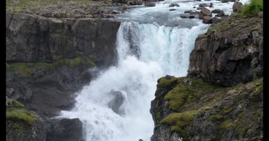 Bonita cascada en el Valle del Fossa en Islandia